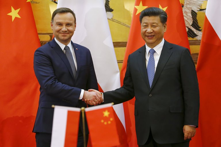 Poland's President Andrzej Duda (L) and his Chinese counterpart Xi Jinping shake hands after a signing ceremony following their meeting at the Great Hall of the People in Beijing November 25, 2015.   REUTERS/Damir Sagolj