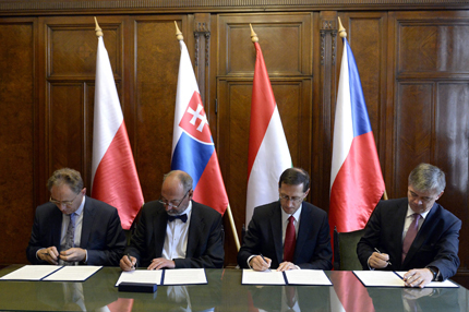 epa03881376 (L-R) Economic State Secretary of Poland, Jerzy Witold Pietrewicz, Economic Minister of Slovakia, Tomas Malatinsky, Minister of National Economy of Hungary, Mihaly Varga, and Deputy Minister of Industry and Trade of the Czech Republic, Milan Hovorka, sign a statement during a meeting of economic ministers of V4, the Visegrad Group countries, in the Ministry of National Economy in Budapest, Hungary, 24 September 2013.  EPA/LAJOS SOOS HUNGARY OUT