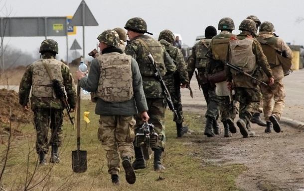 Порошенко поручил повысить зарплаты военным
